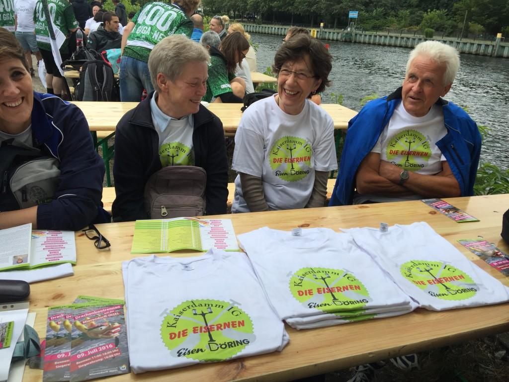 Vier von uns mit den T-Shirts des Sponsors